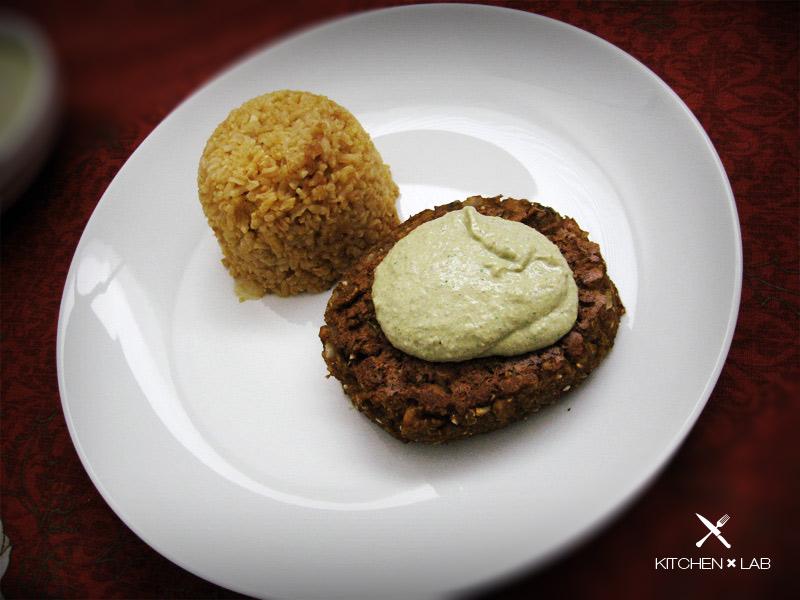 Arroz, hambúrguer de inhame e creme de tofu com ervas