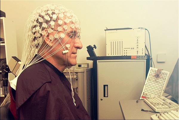 Monge Matthieu Ricard durante exames sobre os benefícios da meditação